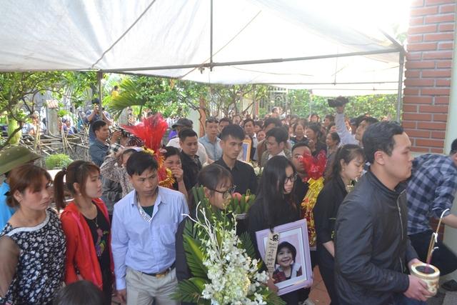 Hàng trăm người đón di hài bé Nhật Linh về quê