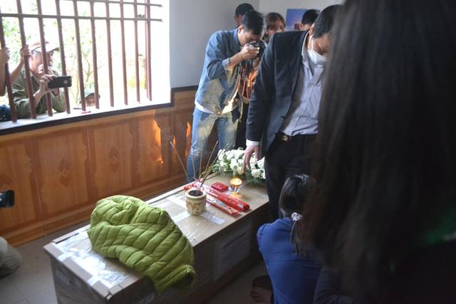 Sau khi di quan được đưa từ xe đã được chuyển vào trong nhà làm lễ