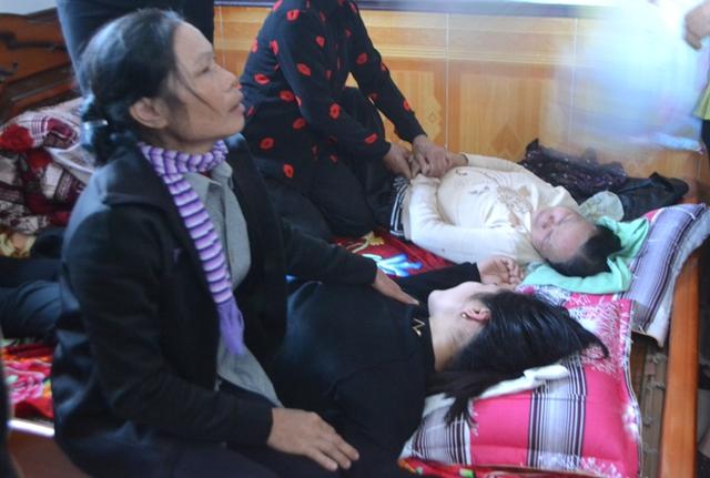 Chị Nguyên cùng bà ngoại cháu Nhật Linh ngất lịm đang được người thân chăm sóc. Ảnh: Đ.Tuỳ