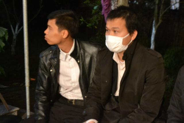 Ngồi lặng lẽ ở góc sân, anh Hào luôn hướng mắt đau buồn về phía di ảnh con gái xấu số