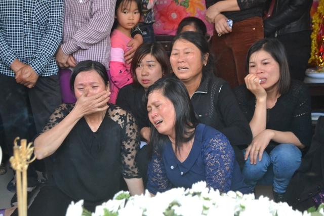 Không khí tang thương và tiếng khóc nấc nghẹn của người thân từ khi di quan cháu Nhật Linh được chuyển về gia đình