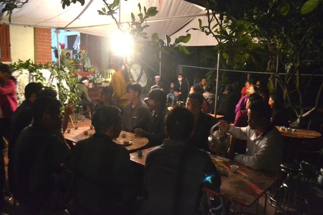 Mặc dù lễ tang của cháu Nhật Linh diễn ra nửa đêm nhưng có nhiều người đến hỏi thăm, chia buồn