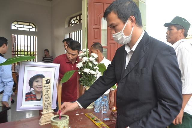 Anh Hào thắp hương lên bàn thờ của con gái xấu số
