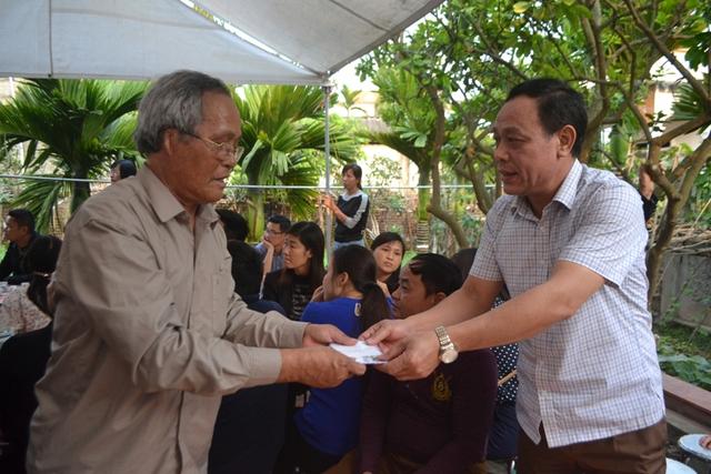 Hội Bảo trợ trẻ em tỉnh Hưng Yên và huyện Khoái Châu trao tiền hỗ trợ cháu Nhật Linh