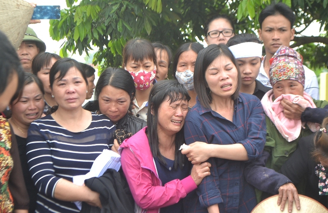 Họ hàng, nội tộc và người dân khóc nức nở lúc hạ huyệt. Ảnh: Đ.Tuỳ