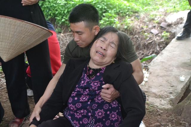 Bà ngoại nạn nhân ngất lịm