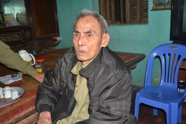 '' Cụ Trịnh Xuân Thế (89 tuổi, bố nạn nhân) có linh cảm không hay về con trai út. Ảnh: Đ.Tuỳ ''