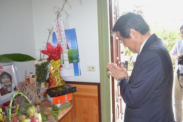 '' Sau khi đến nhà, Đại sứ Nhật Bản thắp hương bé Nhật Linh ''