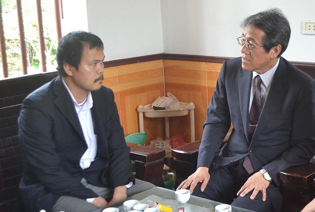 '' Đại sứ Nhật Bản tại Việt Nam đến thắp hương chia buồn gia đình bé Nhật Linh. Ảnh: Đ.Tuỳ ''