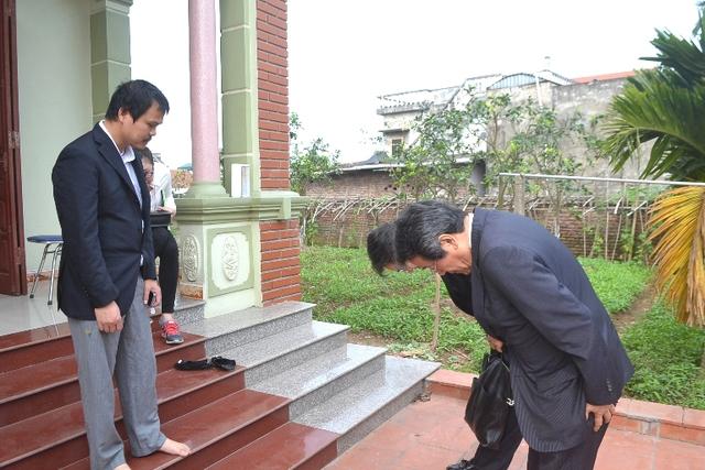 Đại sứ Nhật Bản tại Việt Nam đến nhà bé Nhật Linh xin lỗi khiến gia đình và cộng đồng xúc động. Ảnh: Đ.Tuỳ