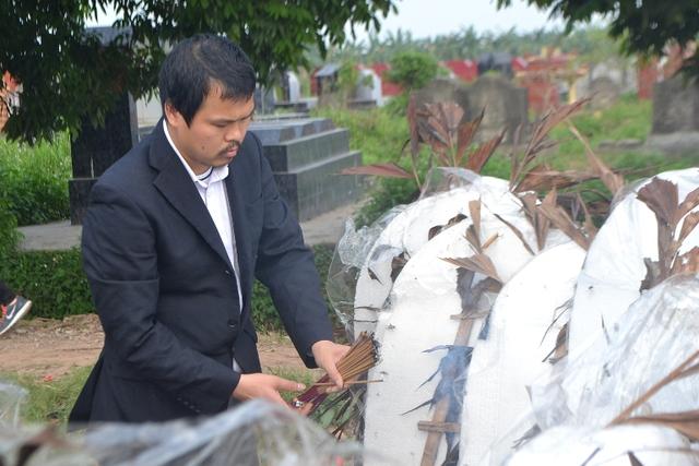Anh Hào thắp hương bên phần mộ con gái xấu số. Ảnh: Đ.Tuỳ