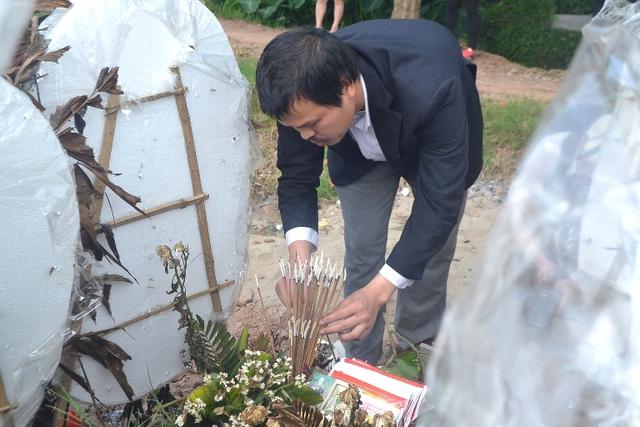 Anh Hào thắp hương bên phần mộ bé Linh trước khi trở lại Nhật Bản vào tối ngày 15/4. Ảnh: Đ.Tuỳ