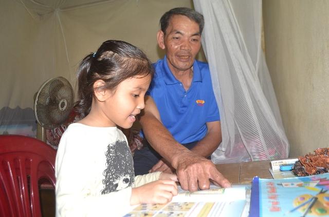 Mồ côi bố mẹ, cháu Quỳnh Mai sống dựa vào bà ngoại bị ung thư và người ông già yếu. Ảnh: Đ.Tuỳ
