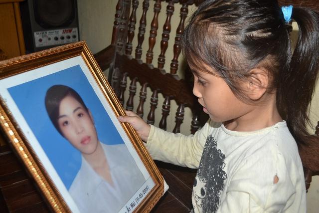 Ba năm, cháu Mai mất cả bố lẫn mẹ do bạo bệnh. Ảnh: Đ.Tuỳ