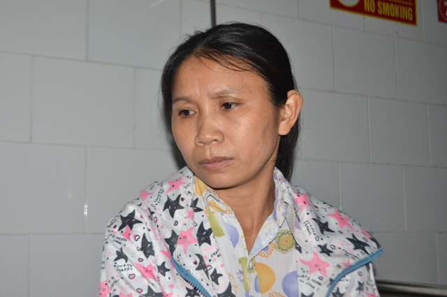 Chị Nhã, mẹ nữ sinh bức xúc khi con gái bị hành hung. Ảnh: Đ.Tuỳ