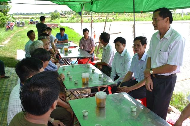 Lãnh đạo xã Hưng Thái và Hội chữ thập đỏ địa phương đến hỏi thăm, chia buồn, động viên, hỗ trợ gia đình nạn nhân. Ảnh: Đ.Tuỳ