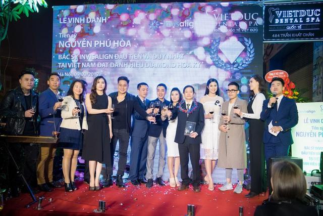 Các khách mời tới chúc mừng TS.BS Phú Hòa là bác sĩ Việt Nam đầu tiên nhận danh hiệu cao quý thế giới về chỉnh nha