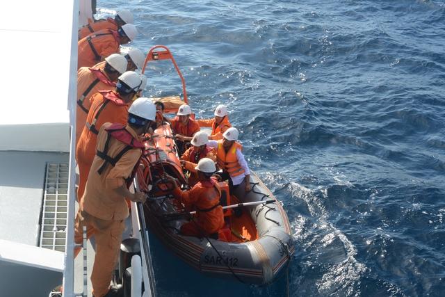Các thuyền viên được chuyển qua tàu SAR 412 để đưa về đất liền