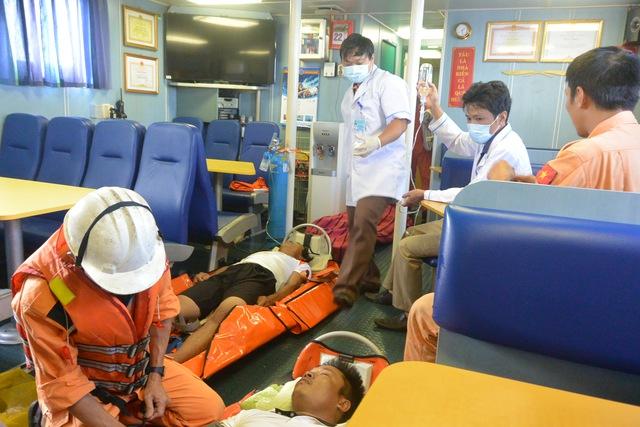 Ba thuyền viên được cấp cứu trong tình trạng nguy kịch