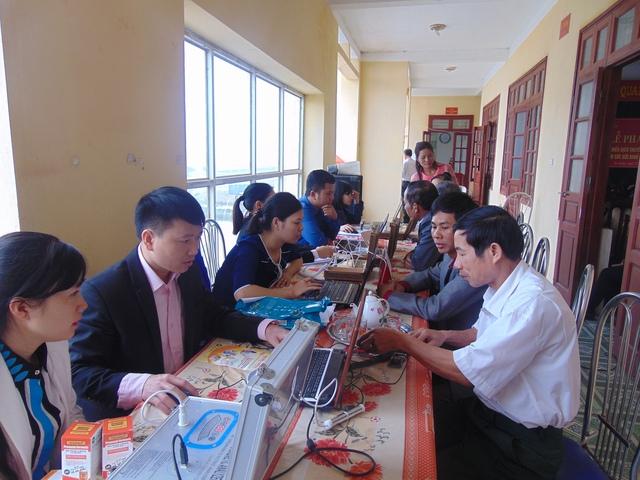 Các cán bộ của Chi cục Dân số - KHHGĐ tỉnh kiểm tra sức khỏe miễn phí và tư vấn chăm sóc sức khỏe  cho nhân dân xã Xuân Khê.