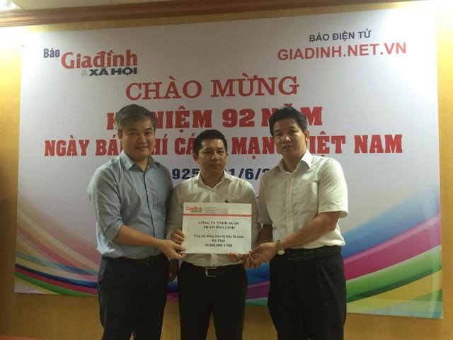 Ông Trần Tuấn Linh - Phó tổng biên tập Báo GĐ&XH (bìa trái) gửi lời cảm ơn tới Công ty Dược phẩm Hoa Linh và tiếp nhận sự ủng hộ của công ty.