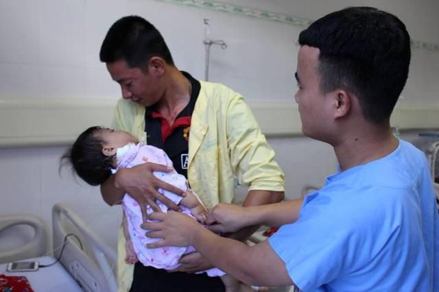 Sau 3 ngày điều trị tích cực, 2 bé đã qua cơn nguy kịch. Ảnh: Đ.Tuỳ