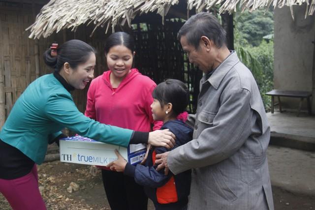 Em Hà Thị Việt Yến và gia đình hạnh phúc khi đón đoàn của Quỹ Vì Tầm Vóc Việt tới thăm và cho biết em sẽ nhận được hỗ trợ uống Sữa học đường miễn phí