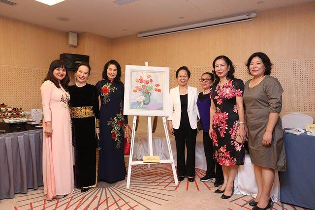 NSND Trà Giang đã đem đấu giá bức tranh mình yêu thích để quyên góp ủng hộ quỹ từ thiện. Gía cao nhất bức tranh được bán là 1.200 USD.