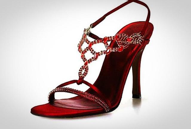Là phụ nữ, không ai cưỡng lại được vẻ đẹp huyền bí của đôi cao gót màu đỏ ruby này