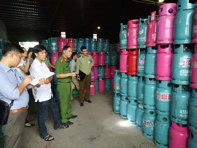 Kiểm tra kho hàng Dị Sử, Mỹ Hào, Hưng Yên phát hiện gần 30 nghìn vỏ bình gas của nhiều hãng khác nhau nghi bị chiếm giữ trái phép. (ảnh: HC)