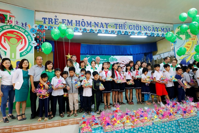 Hàng trăm phần quà Tết dành tặng cho các em mồ côi, trẻ khiếm thính có hoàn cảnh đặc biệt khó khăn ở Làng Hy Vọng. Ảnh: Đ.H