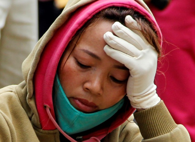 Chị Nguyễn Thị Loan (ngụ tại xã Nam Jong, huyện Cư Jút, Đắk Nông) đau buồn trước nỗi đau mất cha và mẹ đang bị thương nằm viện cấp cứu. Ảnh: Tây Nguyên.