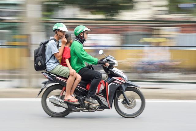 Các chuyên gia giao thông cho rằng cần cần nhắc kỹ việc cấp hạn ngạch cho Uber, Grab. ảnh: T.G