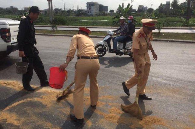 Hiện trường xảy ra sự việc CSGT tỉnh Quảng Ninh giúp lái xe xử lý sự cố bục tio dầu. Ảnh: (Bạn đọc cung cấp)
