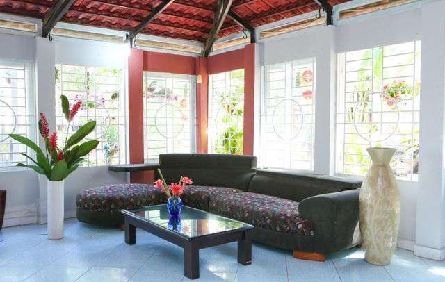 Một góc khác của phòng khách là nơi để chủ nhân gặp gỡ khách khứa, bạn bè. Những chiếc bình lớn được đặt cạnh bộ ghế salon tạo không gian sinh động.