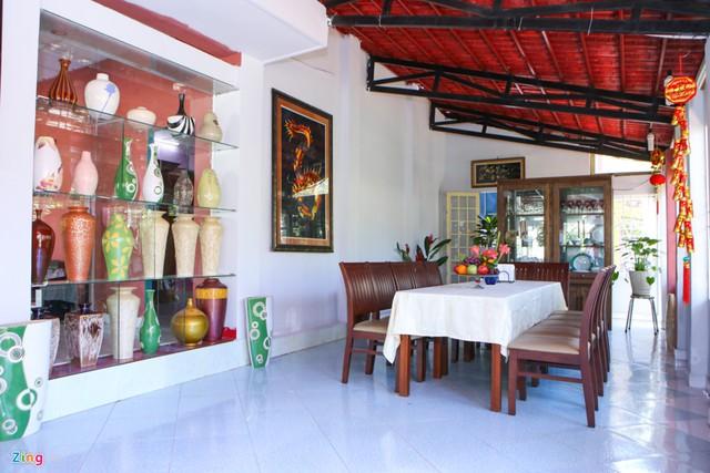 Một khoảng tường phòng ăn là nơi bày trí nhiều bình gốm, đây cũng là một trong những sở thích sưu tập của nam chủ nhân.