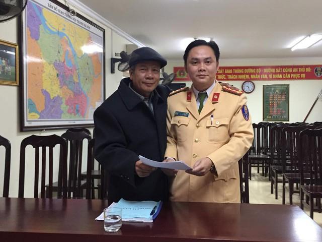 Đại úy Nguyễn Tuấn Cường trao trả tài sản bị mất cắp và nhận thư cảm ơn từ ông Hoàng Vân Điều.