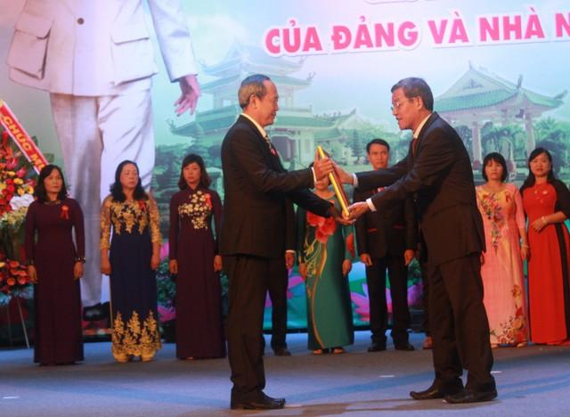 Thầy Lê Đức Dũng (trái) nhận bằng khen của Thủ tướng. Ảnh: Nhân vật cung cấp
