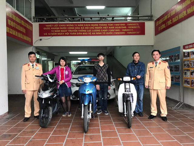 Các cán bộ đội CSGT số 2, Công an TP. Hà Nội trao trả tài sản bị mất cắp cho người dân