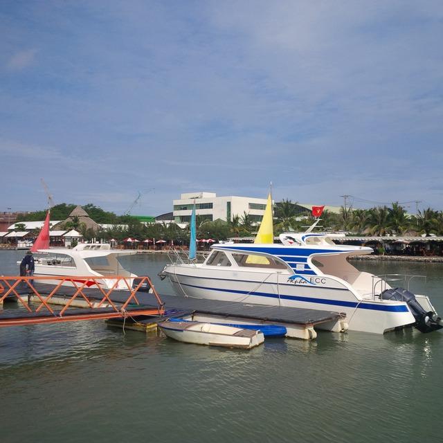 Hai tàu đóng bằng vật liệu PPC không thể phục vụ cho thực tiễn cuộc sống vì vướng... đăng kiểm. (ảnh: HC)