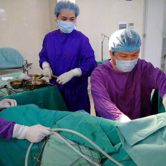 Các bác sĩ phẫu thuật thành công cho cô gái 24 tuổi. Ảnh: Bệnh viện cung cấp