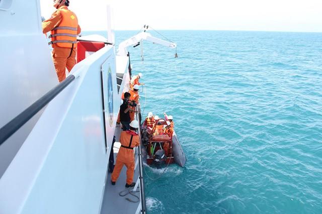 Lực lượng cứu hộ đang vớt các thi thể thuyền viên tàu Hải Thành 26. Ảnh: Lê Lâm