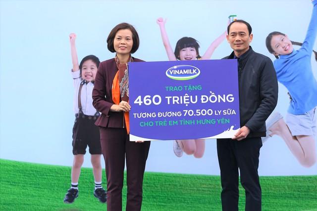 Bà Bùi Thị Hương - Giám đốc điều hành Vinamilk trao bảng tượng trưng cho Ông Đăng Văn Diên - Giám đốc Sở Lao động Thương Binh và Xã hội tỉnh Hưng Yên.