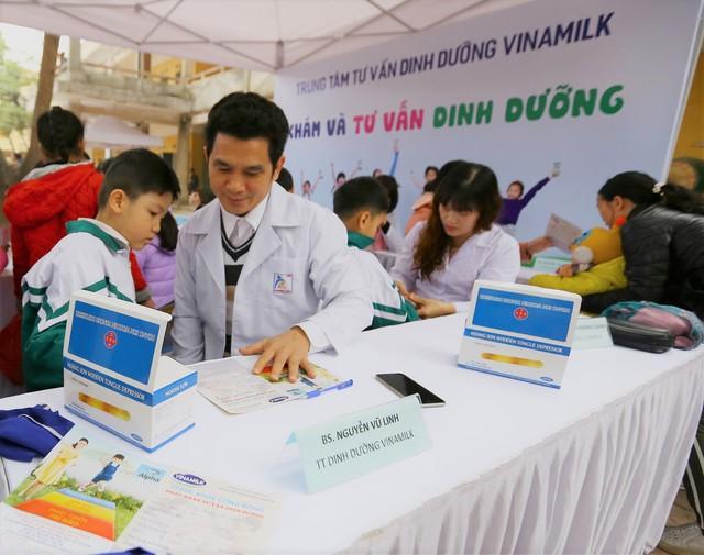 Bác sĩ dinh dưỡng của công ty Vinamilk khám sứ ckhỏe và tư vấn dinh dưỡng cho các em học sinh tại trường