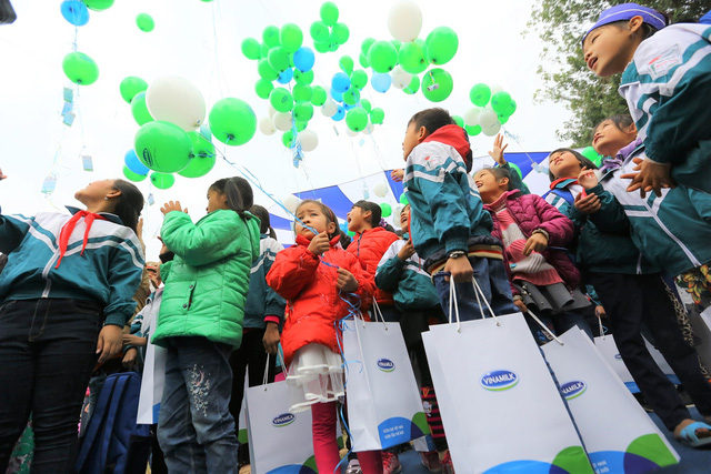 Các em học sinh gửi những ước mơ của mình vào những chùm bong bóng nhiều màu sắc được thả lên trời trong buổi Lễ trao sữa.