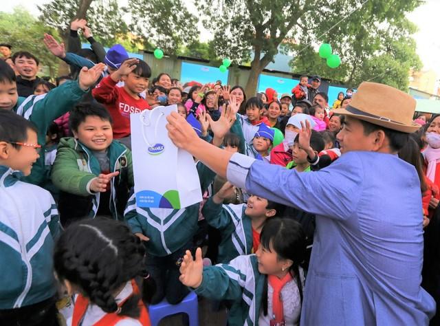 Các em học sinh không giấu được sự háo hức của mình khi giao lưu cùng Nghệ sĩ Xuân Bắc.