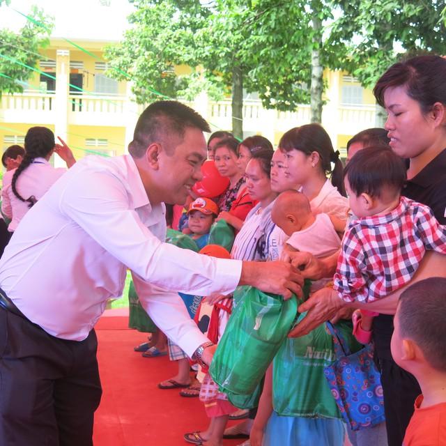 Ông Lê Quốc Việt, đại diện NutiFood trao quà cho công nhân