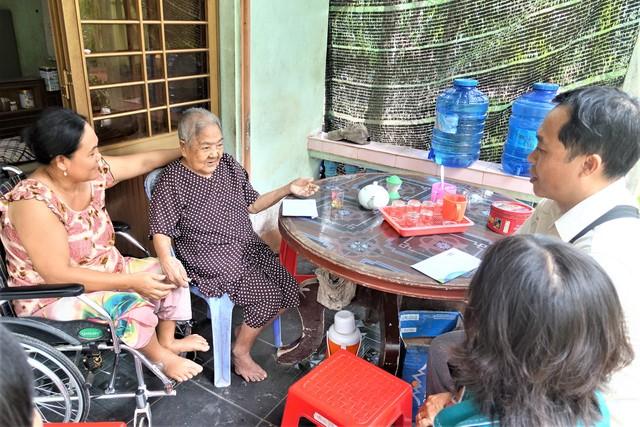 Mẹ Đặng Thị Dương trú tại xã Lương Phú, tỉnh Bến Tre vui mừng tiếp chuyện với đại diện Vinamilk.
