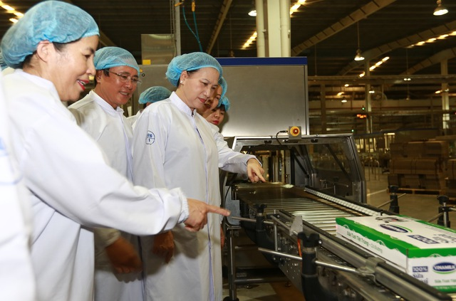 Chủ tịch Quốc Hội Nguyễn Thị Kim Ngân cùng Mai Kiều Liên - Tổng giám đốc Vinamilk tham quan dây chuyền sản xuất của nhà máy Sữa nước Việt Nam.