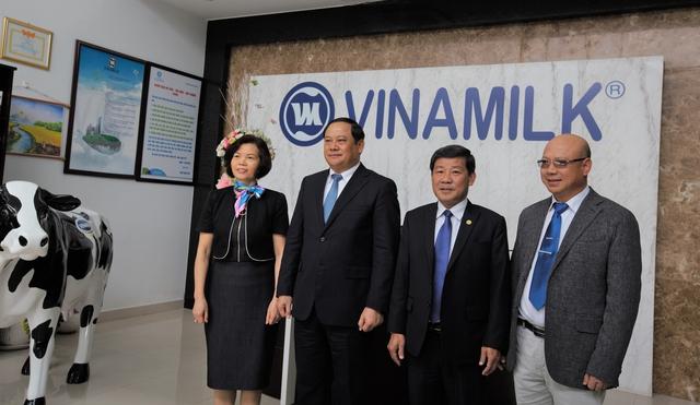 Phó Thủ tướng nước Cộng hòa Dân chủ Nhân dân Lào Sonexay Siphandone, lãnh đạo tỉnh Bình Dương và lãnh đạo Vinamilk chụp hình lưu niệm tại Nhà máy Sữa Việt Nam.